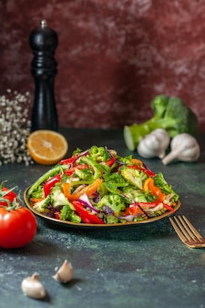 Вид спереди вкусного веганского салата со свежими ингредиентами в тарелке