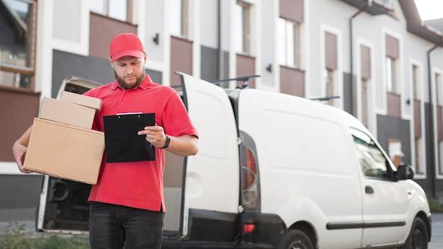 Вид спереди доставщик с пакетом Бесплатные Фотографии