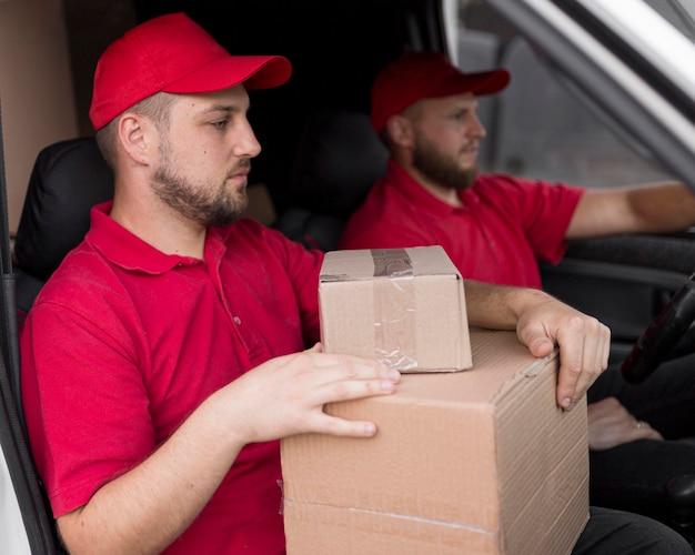 パッケージを持つ配達人の正面図