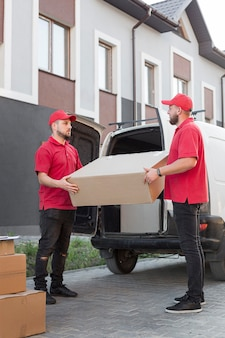 Вид спереди доставщиков в концепции работы