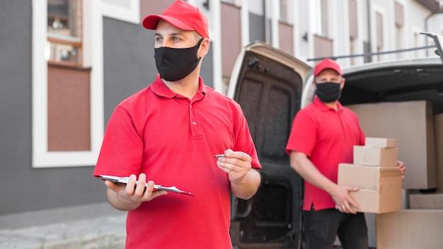 マスク付き配達員の正面図