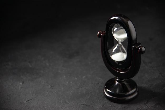 暗い表面に黒色の砂時計をデザインした正面図