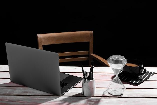 Вид спереди концепции стола на деревянный стол