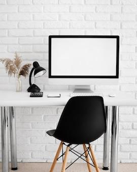 컴퓨터와 의자가있는 책상의 전면보기