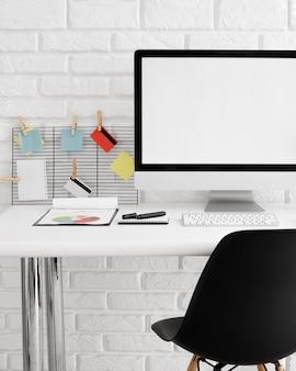 컴퓨터 화면과 의자가있는 책상의 전면보기