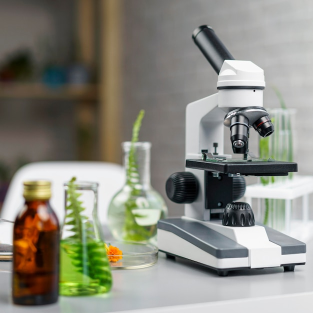Стол с микроскопом и пробирками, вид спереди