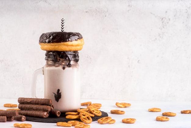 Вид спереди десерт в банке с пончик и крендели