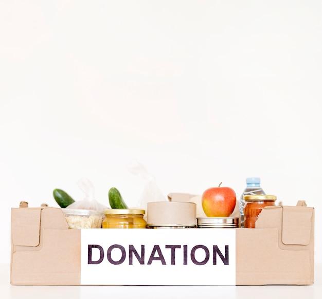 Вид спереди коробки для пожертвований с едой и копией пространства
