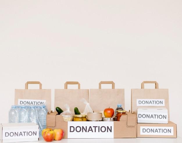 Вид спереди ящиков для пожертвований и сумок с копией пространства