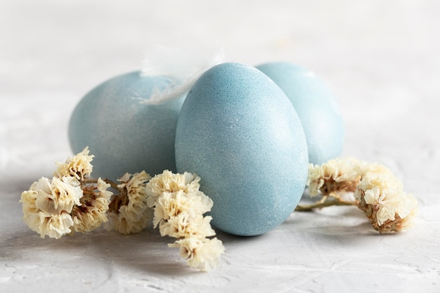 꽃과 함께 부활절 달걀의 전면보기