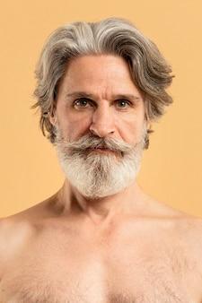 Вид спереди старшего бородатого мужчины