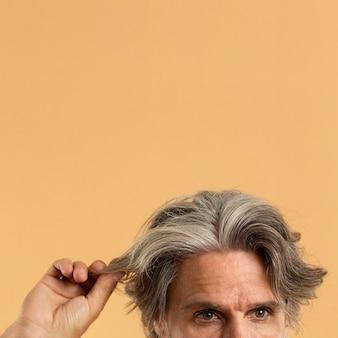 彼の白髪を保持している老人の正面図