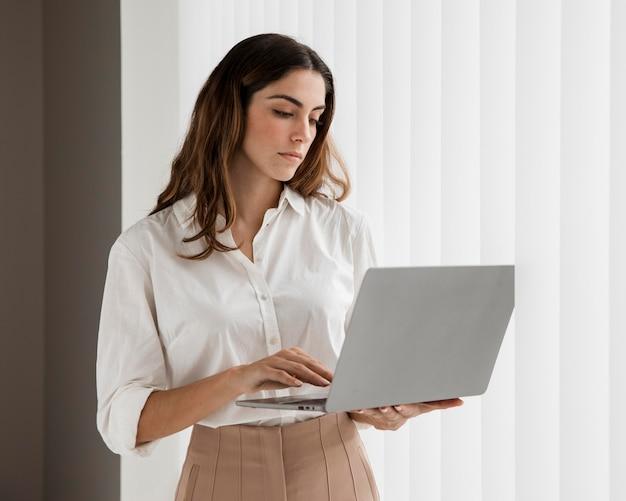ノートパソコンを使用してエレガントな実業家の正面図