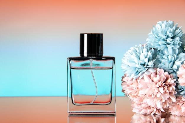 Вид спереди элегантных духов цветных цветов на бежевом фоне омбре