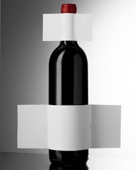 空白のラベルが付いているエレガントなワインボトルの正面図