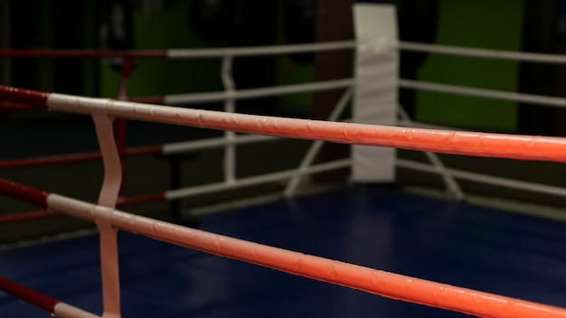 Вид спереди пустой боксерский ринг