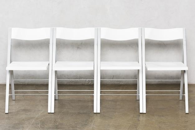 면접을 기다리는 사람들을위한 빈 의자의 전면보기
