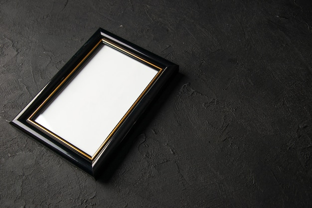 어둠에 빈 그림 프레임의 전면보기