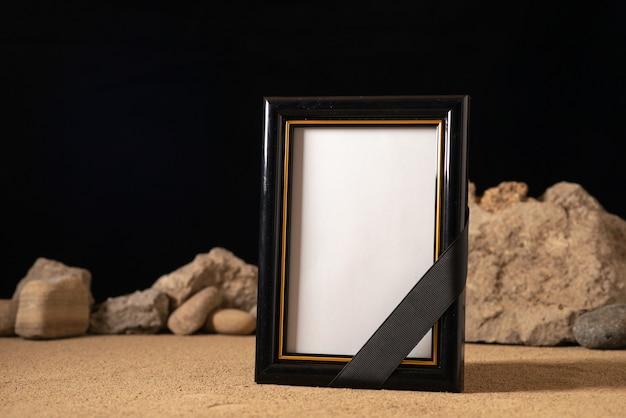 블랙에 다른 돌으로 빈 그림 프레임의 전면보기