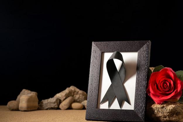 블랙에 붉은 꽃과 돌 빈 그림 프레임의 전면보기