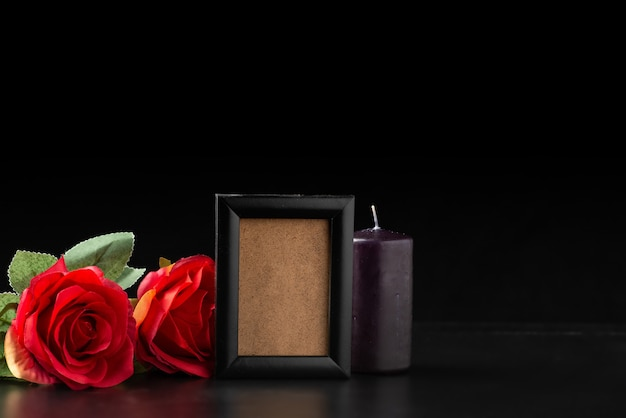블랙에 빨간 장미와 빈 그림 프레임의 전면보기