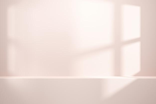 창의 자연 채광과 흰 벽 배경에 빈 선반 또는 카운터의 전면 모습.