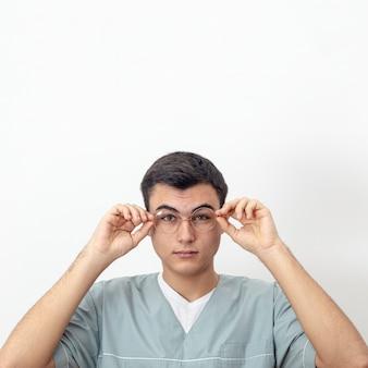 Вид спереди глаз специалиста позирует с очками и копией пространства