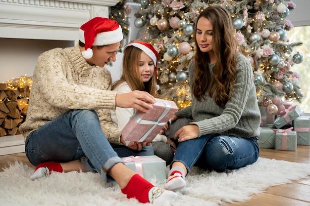 Семья и рождественская елка, вид спереди
