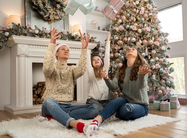 家族とクリスマスツリーの正面図