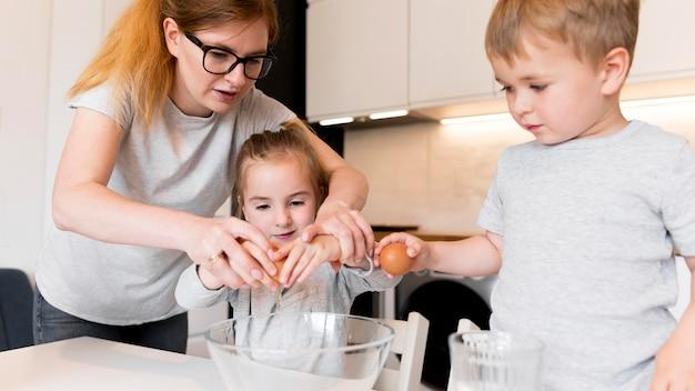 自宅で調理している家族の正面図