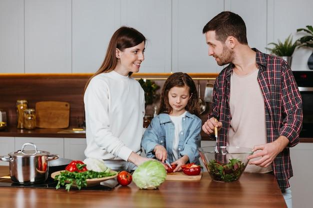부엌에서 음식을 준비하는 가족의 전면보기