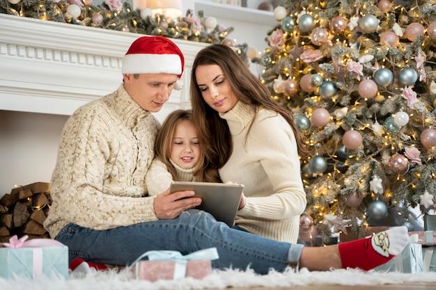 Вид спереди семьи, проводящей время вместе