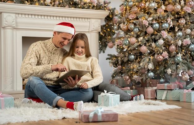 Отец и дочь, вид спереди на планшете