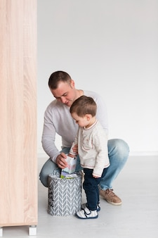 父と息子のコピースペースと自宅の正面図 無料写真