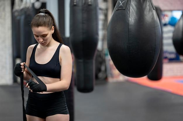 練習の準備をしている女性のボクサーの正面図