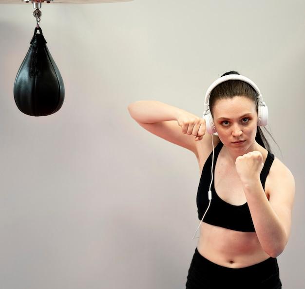ヘッドフォンでの女性のボクサーの正面図