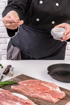 Вид спереди женского шеф-повара соления мяса