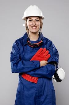 Вид спереди женский строительный рабочий позирует
