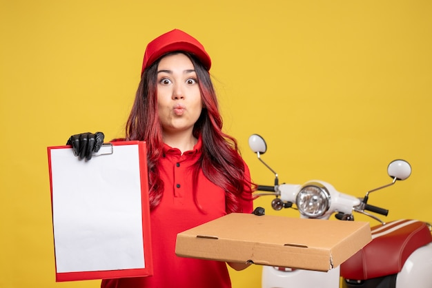 フードボックスと黄色の壁にファイルノートと女性の宅配便の正面図