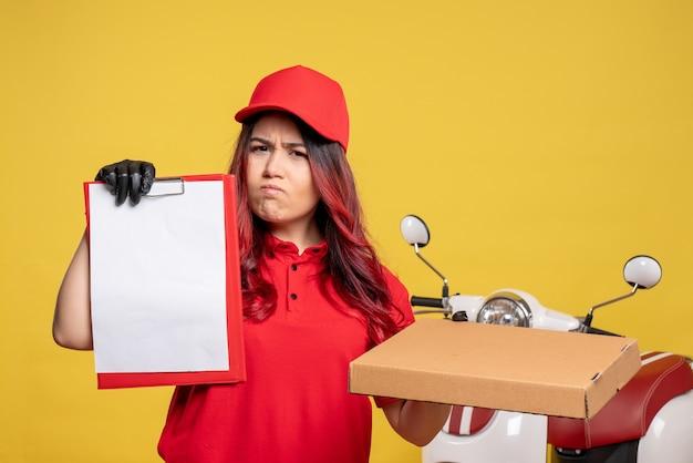 黄色の壁にフードボックスと女性の宅配便の正面図