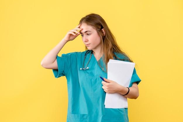 書類と女性医師の正面図
