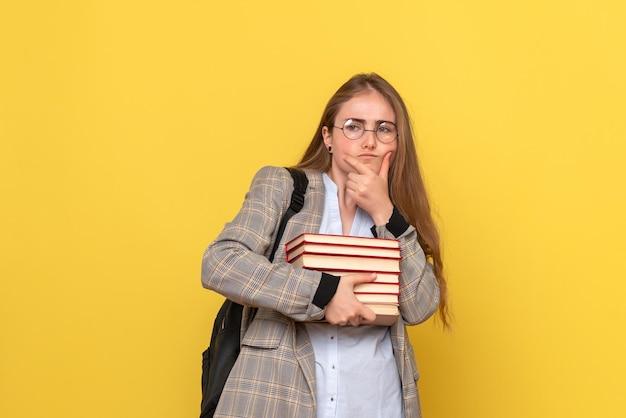Вид спереди студентки с книгами