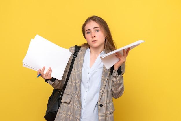 파일이있는 여성 학생의 전면보기