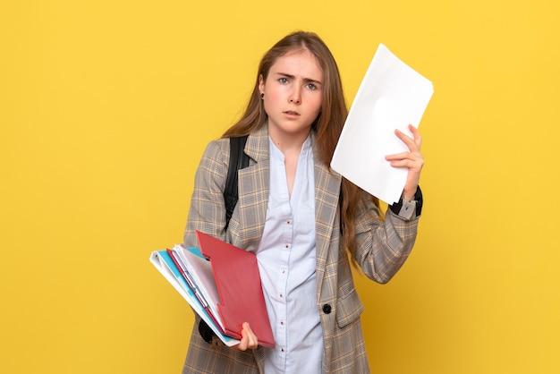 Вид спереди студентки с бумагами