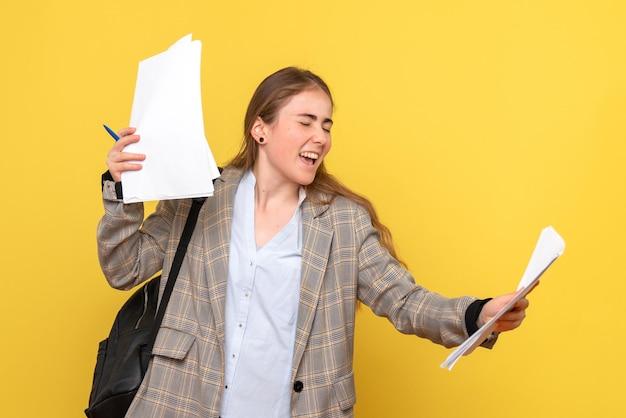 論文と女子学生の正面図