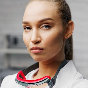 안전 안경 포즈 여성 기술자의 전면보기