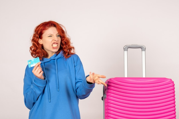 흰 벽에 분홍색 가방 여성 관광객의 전면보기