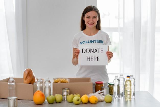 食糧寄付を準備する女性ボランティアの正面図