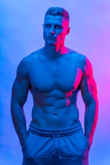 Вид спереди подтянутого человека без рубашки, позирующего