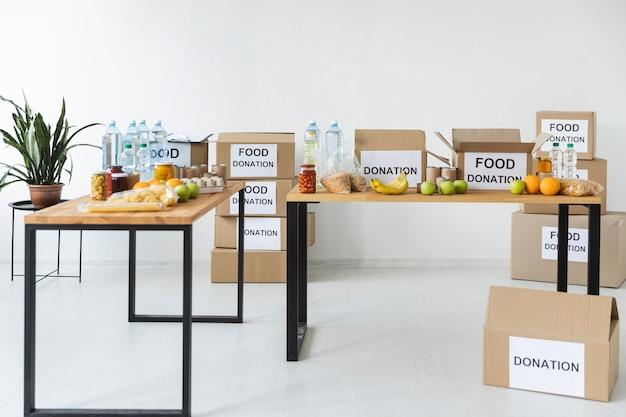 Вид спереди на еду и условия для пожертвования